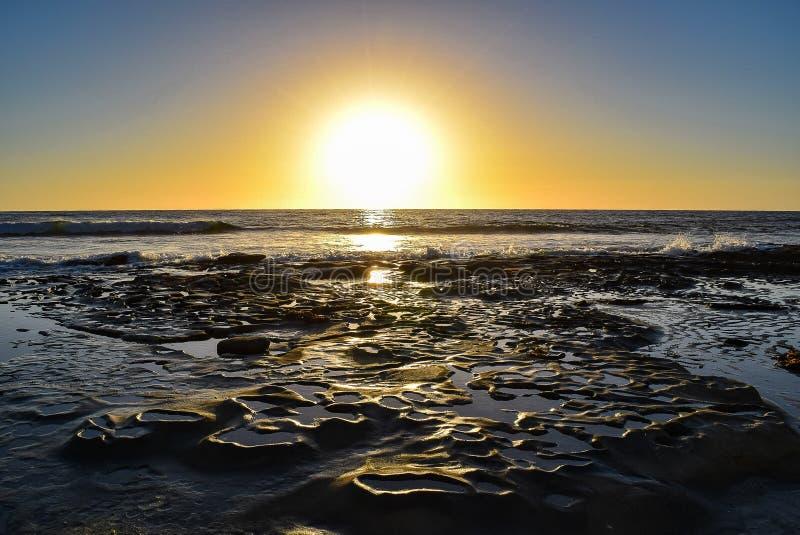 Skała wzory oceanem przy zmierzchem w losie angeles Jolla, Kalifornia obrazy royalty free