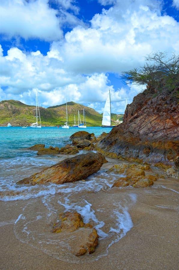 Skały, fale & jachty, Falmouth schronienie, Antigua, Zachodni Indies zdjęcie stock