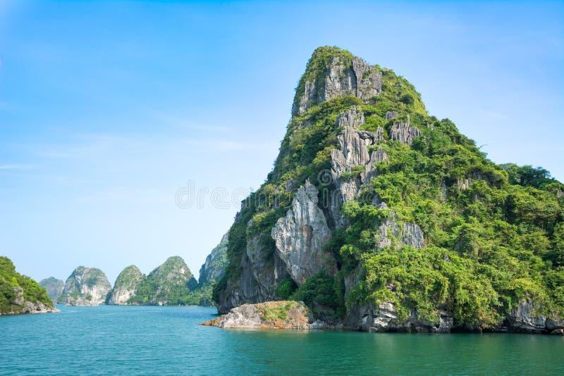 Skały Halong zatoka w Wietnam fotografia stock