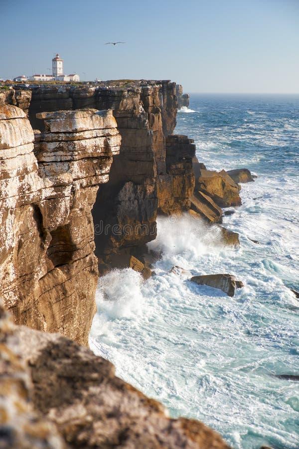Skały i fala kipiel w oceanie blisko Cabo Carvoeiro, Penich fotografia stock