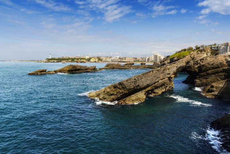 Skały i latarnia morska Biarritz podczas słonecznego dnia, Francja fotografia royalty free