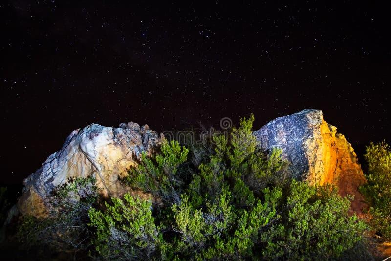 Skały iluminować przy nocą obrazy stock