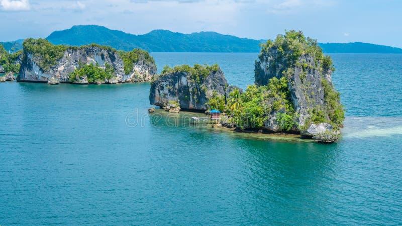 Skały Kształtują teren w Kabui zatoce blisko Waigeo Zachodni papuas, Raja Ampat, Indonezja obraz royalty free