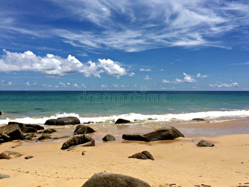 Skały na Piaskowatej plaży obraz royalty free