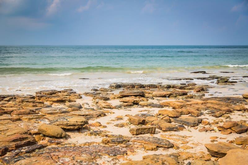 Download Skały na plażowym b obraz stock. Obraz złożonej z długi - 57652085