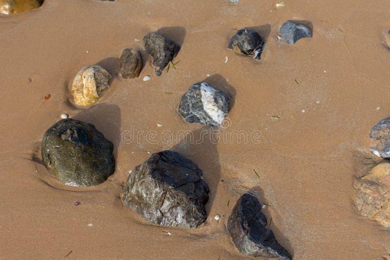 Skały na plażowym seashore w wodzie i piasku Zaciszność, pokojowy pojęcie fotografia stock
