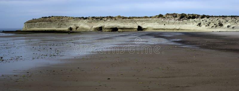 Skały przy morzem przy niskim przypływem obraz stock