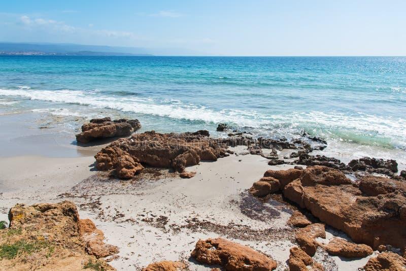 Skały w Le Bombarde plaży obraz royalty free