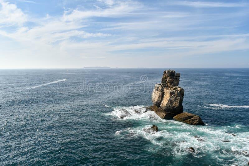 Skały w morzu, Peniche, Portugalia zdjęcie royalty free