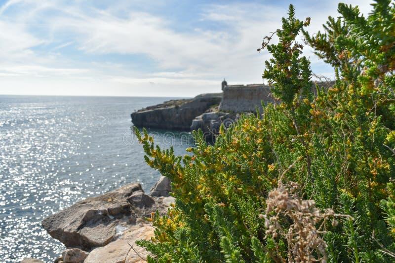 Skały w morzu, Peniche, Portugalia zdjęcia stock