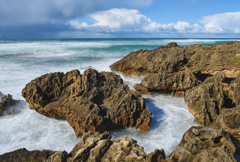 Skały w niespokojnej ocean wodzie obraz royalty free