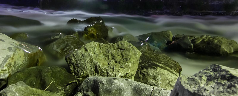 Skały w strumieniu, długi ujawnienie zdjęcia stock