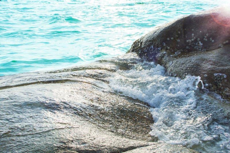 Skały w tropikalnym morzu z delikatnymi fala płynie zdjęcie stock
