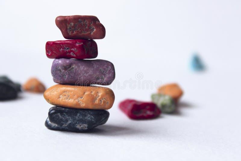 skały zrównoważona sterta Kamienie balansujący na górze each inny zdjęcie stock
