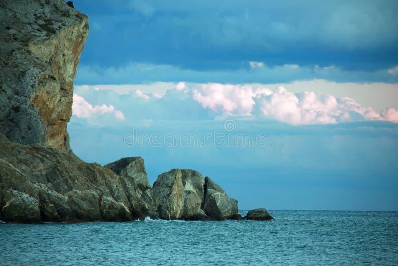 Download Skała i morze zdjęcie stock. Obraz złożonej z sunrise - 27401526