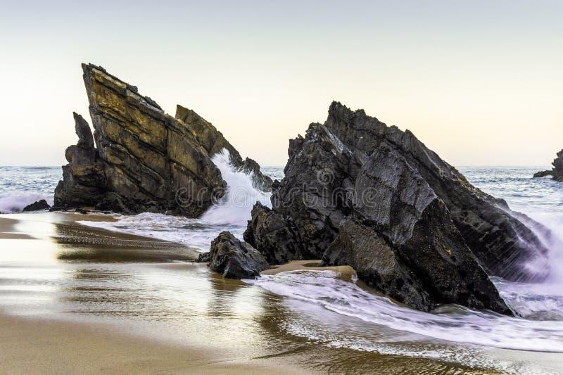 Ska?y na linii brzegowej Atlantycki ocean na piaskowatym Adraga wyrzuca? na brzeg zdjęcia royalty free