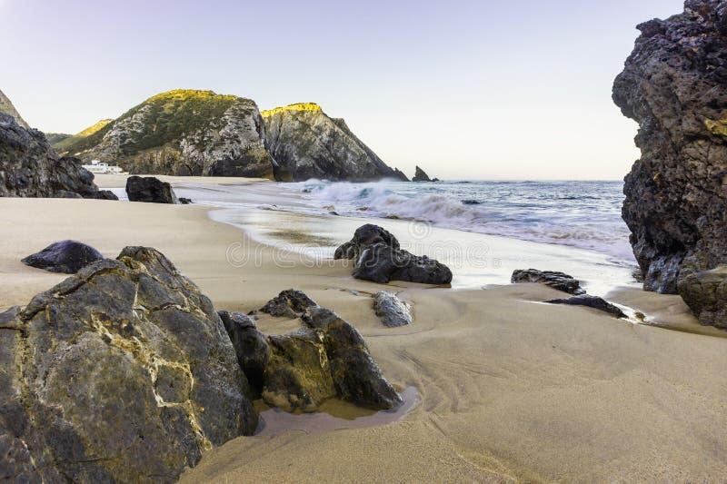 Ska?y na linii brzegowej Atlantycki ocean na piaskowatym Adraga wyrzuca? na brzeg obraz royalty free