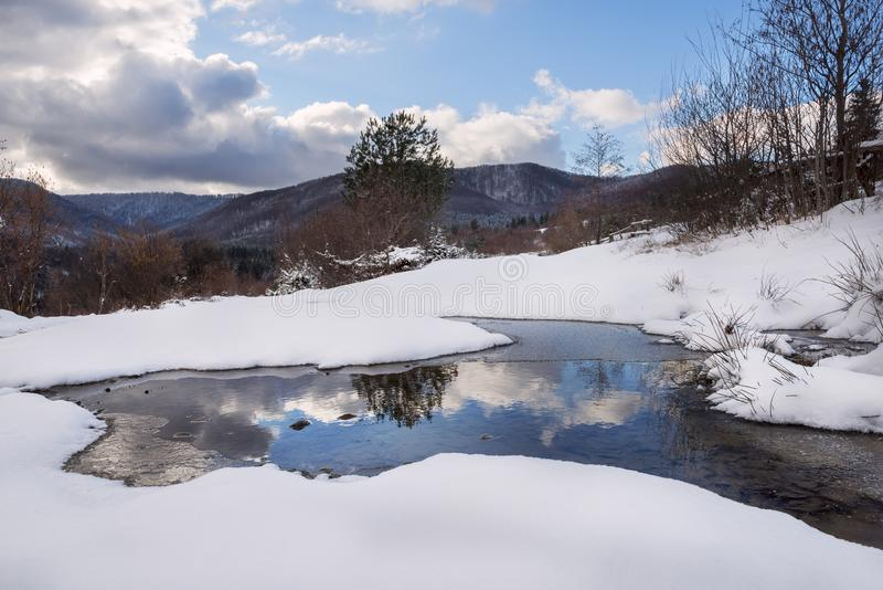 Skaczą pierwszy dni w górach Roztapiający śnieg i piękni widoki zdjęcia royalty free