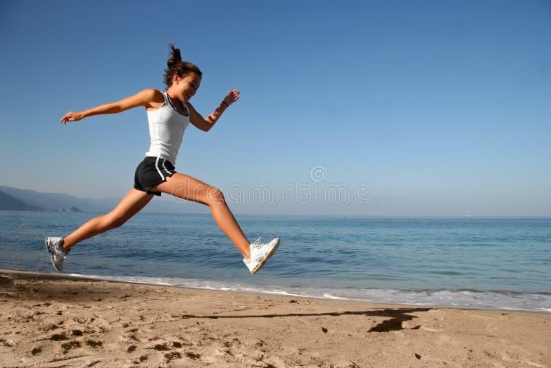 skaczący na plaży obraz stock