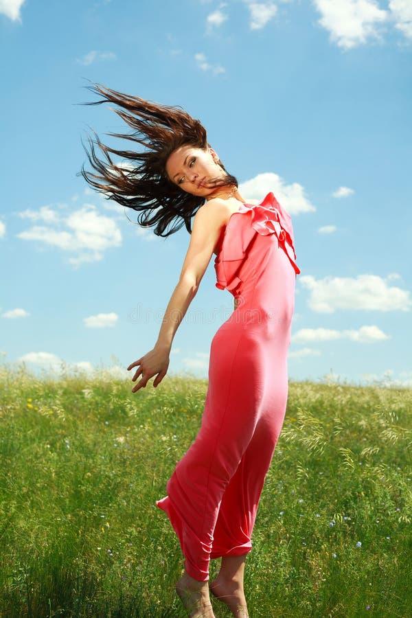 Skaczący pełen wdzięku dziewczyny na tle niebieskie niebo i latający zdjęcia royalty free