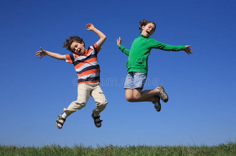 skacze dzieciaki plenerowi zdjęcia stock