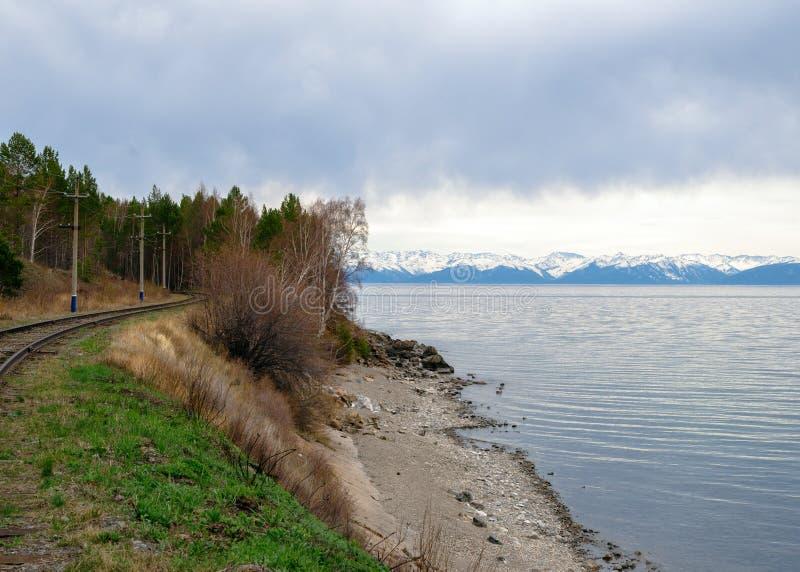 Skacze w południe Jeziorny Baikal w Baikal linii kolejowej zdjęcia stock