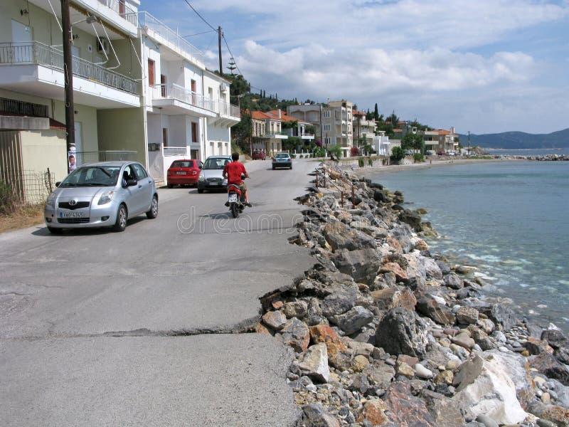 Skada av vägen längs havet royaltyfri bild