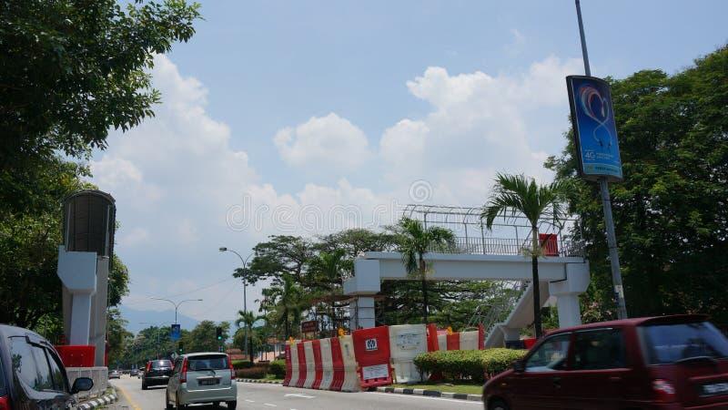 Skada i en olycka av en över huvudet fot- bro på Jalan Raja Ashman Shah K A Jalan sjukhus, Ipoh royaltyfri bild