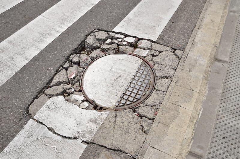 Skadad asfaltväg arkivfoton
