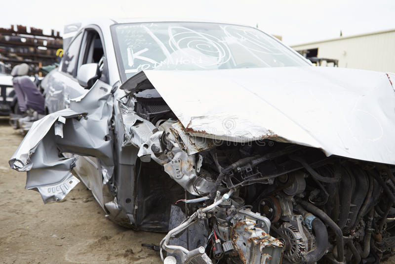 Skadad bil som är involverad i trafikolycka arkivbild