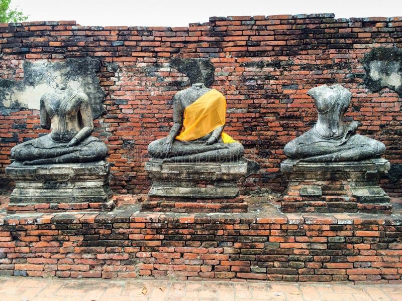 Skadade Buddhastatyer arkivbild