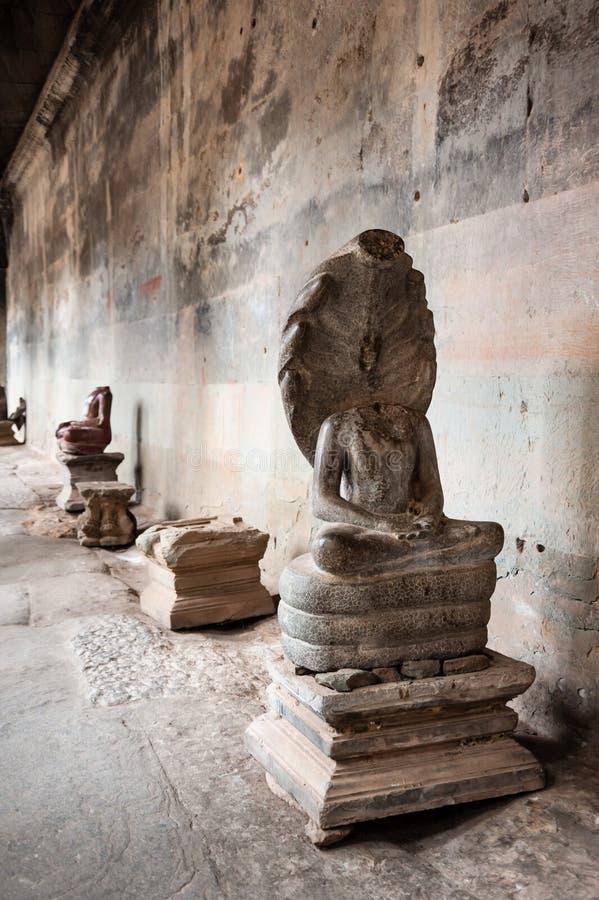 Skadade Buddhastatyer på Angkor Wat royaltyfri fotografi