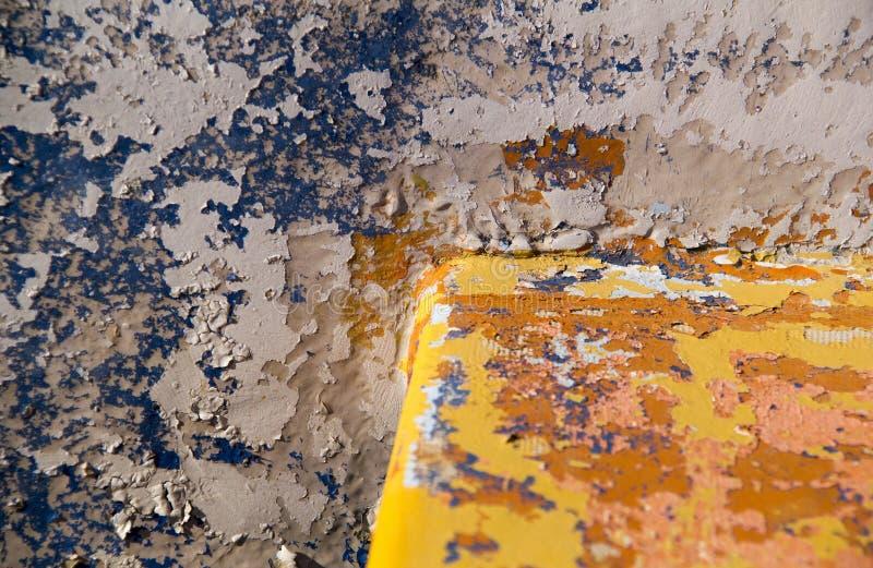 Skadade målade blått och gul gammal surfacelbanerbakgrund T royaltyfri fotografi