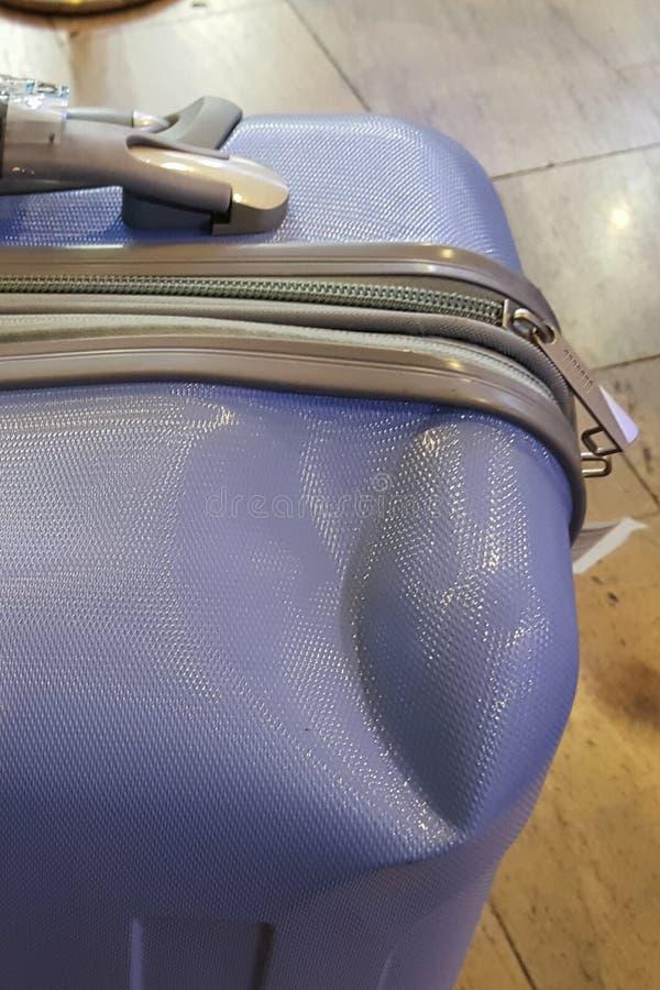 Skadat bagage på flygplatsen royaltyfria foton