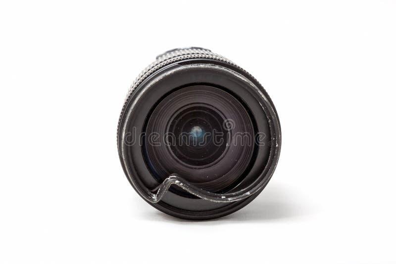 Skadat och brutet zoomobjektiv f?r den digitala kameran, buckligt skyddande UV filter Främre slut upp sikten som ska repareras Is arkivbilder