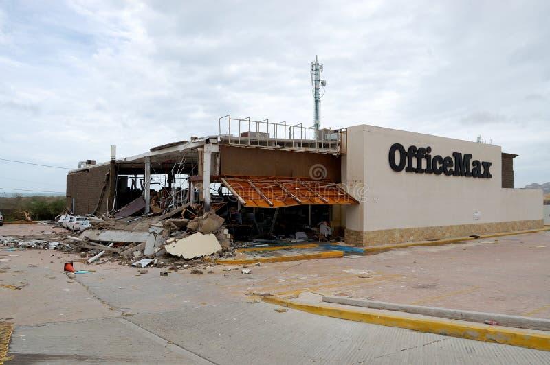 Skadat vid orkanen Odile OfficeMax i Cabo San royaltyfri fotografi