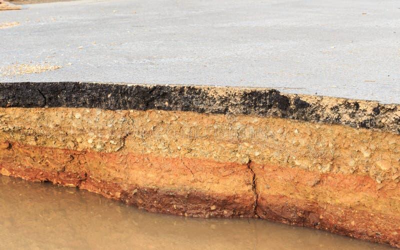 skadlig asfalt Lager av lera som eroderades fotografering för bildbyråer
