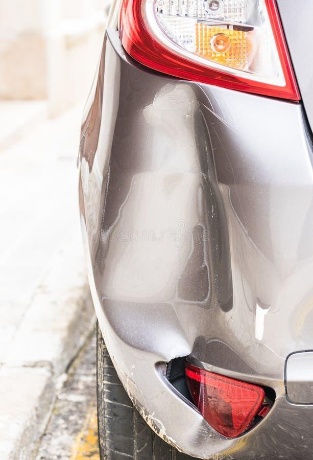 Skadlig buckligt försilvrar stötdämparen efter bilkrasch royaltyfria bilder