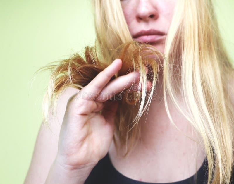 skadlig hår Härlig ledsen ung kvinna med långt ovårdat hår Hårskada, hälsa och skönhetbegrepp arkivfoton