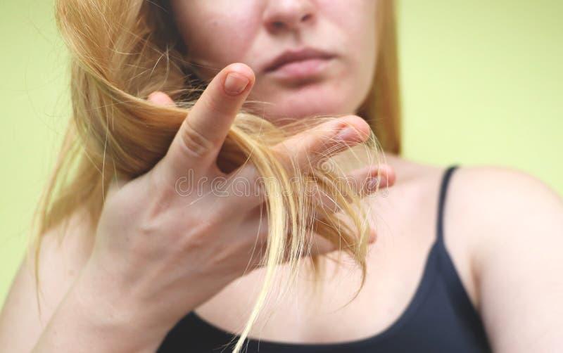 skadlig hår Härlig ledsen ung kvinna med långt ovårdat hår Hårskada, hälsa och skönhetbegrepp royaltyfri foto