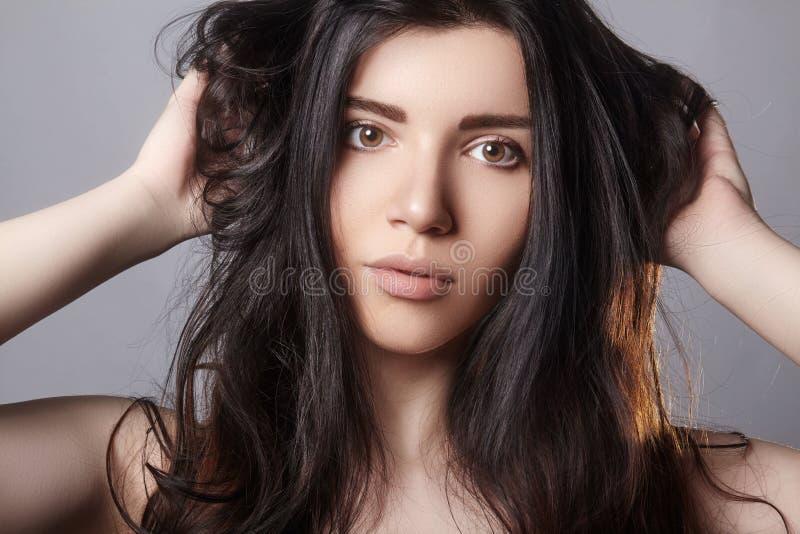 skadlig hår ModellHolding Messy Unbrushed torrt hår i händer Vård- och skönhet E fotografering för bildbyråer