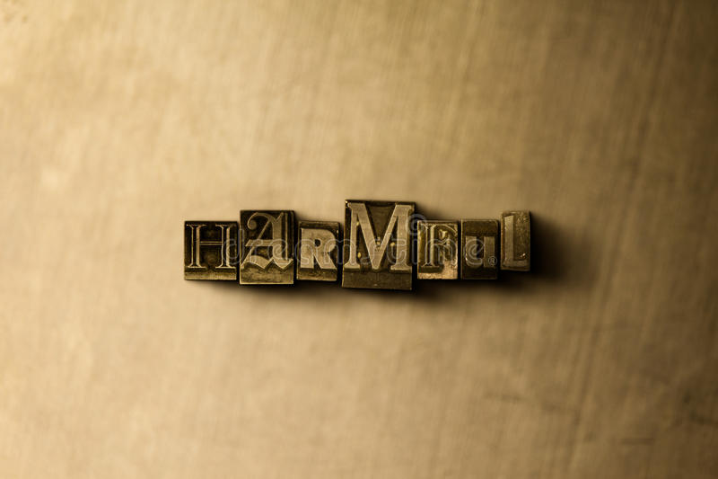 SKADLIGT - närbild av det typsatta ordet för grungy tappning på metallbakgrunden arkivbilder