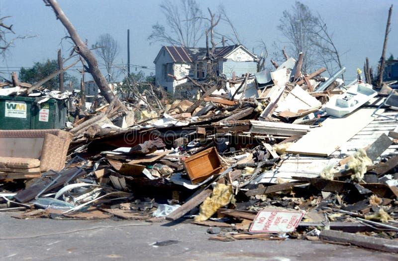 Skador och förstörelse från en tornado arkivfoton