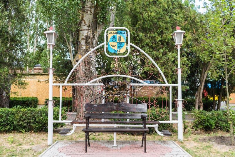 Skadovsk, Ucrânia - 20 de junho de 2017: Banco dos amantes, Central Park, símbolos da cidade foto de stock