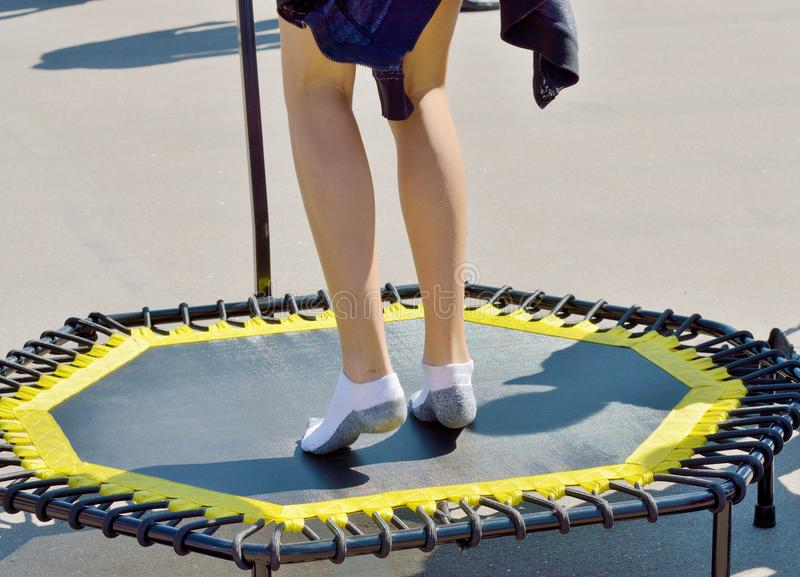 Skakać na elastycznym trampoline zdjęcie royalty free