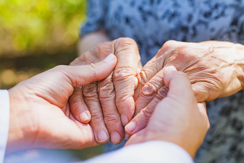 Skaka åldringhänder arkivfoton