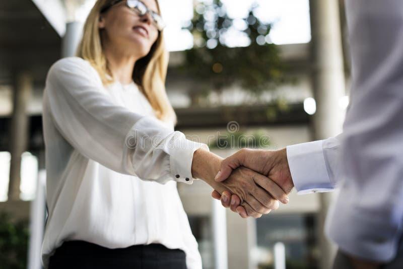 Skaka för händer för överenskommelse för mankvinnaaffär royaltyfri fotografi