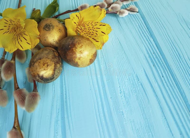 skaka guld- ägg, pil på en blå träbakgrund royaltyfria foton
