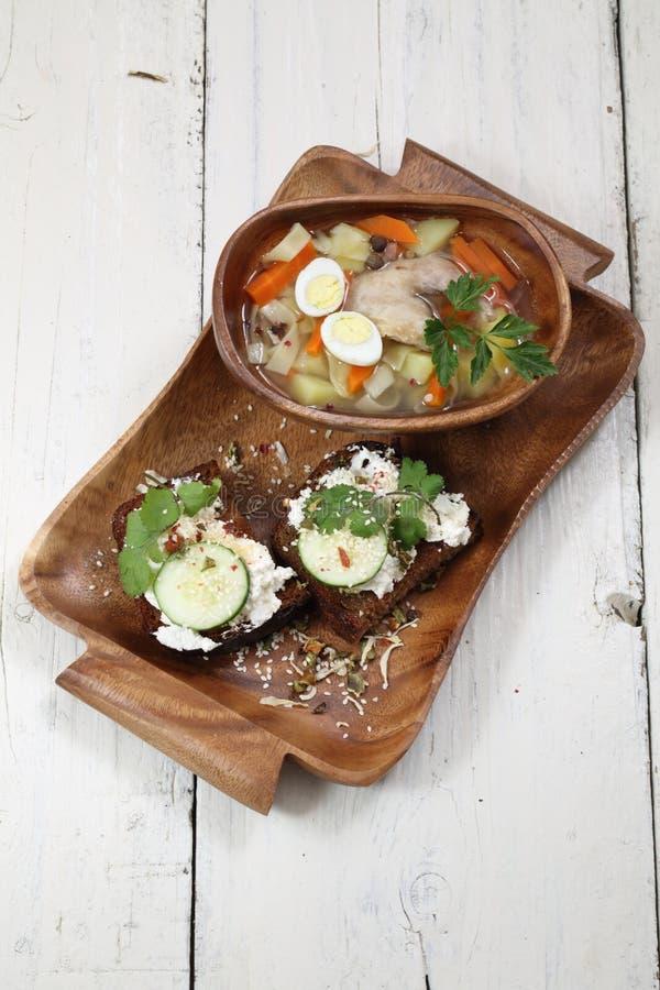 Skaka soppa och smörgåsen av bröd med ost, gurkan och cila royaltyfria bilder