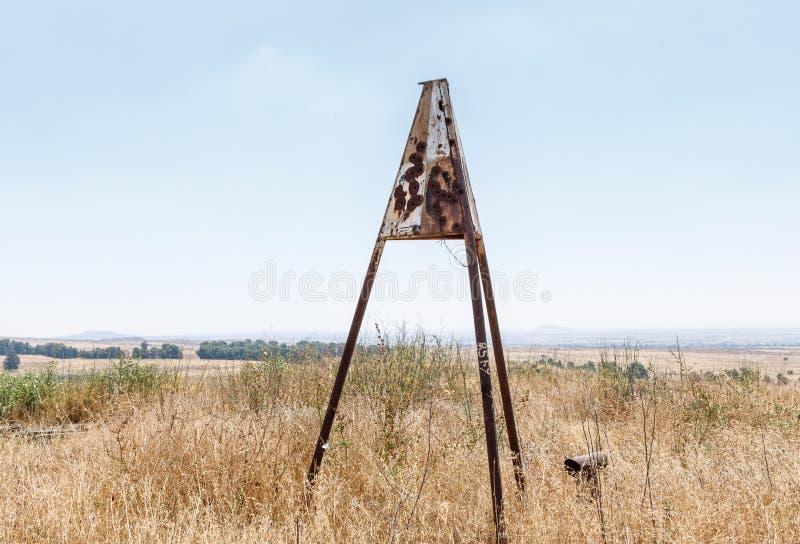 Skakacza desygnat który zostawał od wojny dnia zagładego Yom Kippur wojna na wzgórze golan w Isra z dziura po kuli obrazy stock